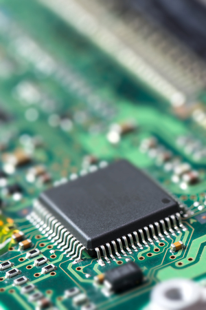 componentes: Componente electrónico en el circuito impreso, profundidad de campo Foto de archivo