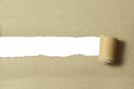 Gescheurd bruine kleur papier op een witte achtergrond met ruimte voor tekst Stockfoto