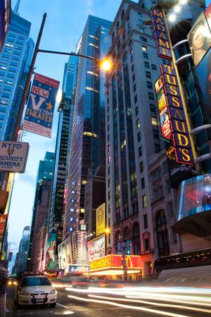 警察の車は、車爆弾を実行しようとした後、夕方にタイムズ スクエア ニューヨークに立っています。 報道画像