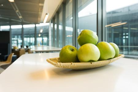 ラウンジやカフェテリアで緑のりんごのバスケット