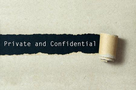 Prywatne i poufne napisane na podarte papieru czarnym tle