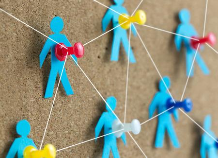 Soziale Netzwerk-Konzept mit Papier Menschen verbunden