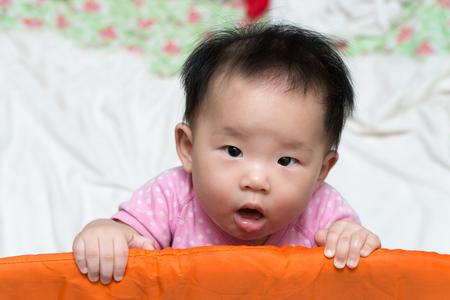 乳幼児: ベビー サークルのアジアの赤ちゃんの肖像画 写真素材