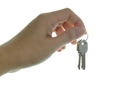 손을 잡고 흰색 배경에 고립 된 집 키