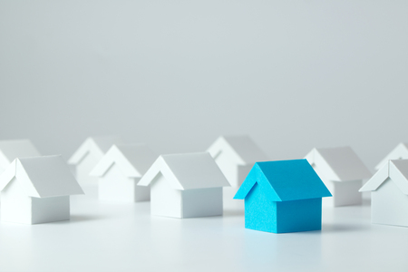 Blue house in among white houses for real estate property industry Banque d'images