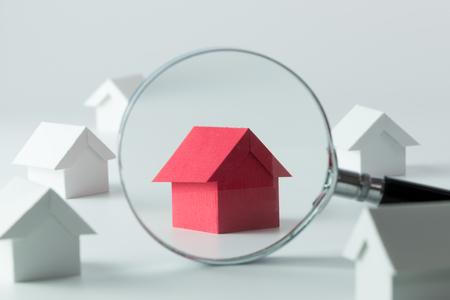 Maison chercher concept avec une loupe Banque d'images - 57836301