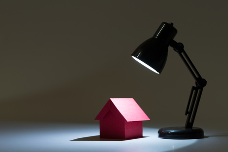 viviendas: Casa roja en centro de atención por concepto de casa ideales Foto de archivo