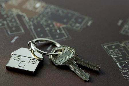 House keys on real estate floor plan 스톡 콘텐츠
