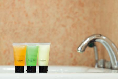 productos de aseo: Conjunto de artículos de higiene personal colocadas en el lavabo en el baño