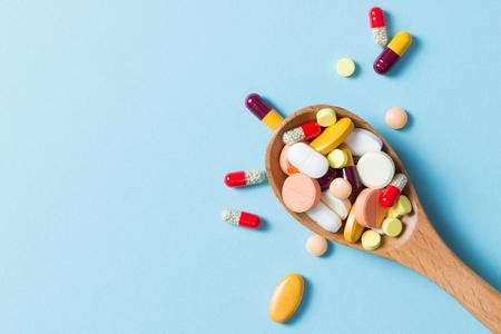 Różne pigułki medycyny farmaceutycznej, tabletek i kapsułek na drewnianą łyżką