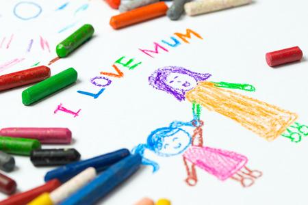 Kid tekening van moeder die haar dochter voor de dag van de gelukkige moeder thema Stockfoto