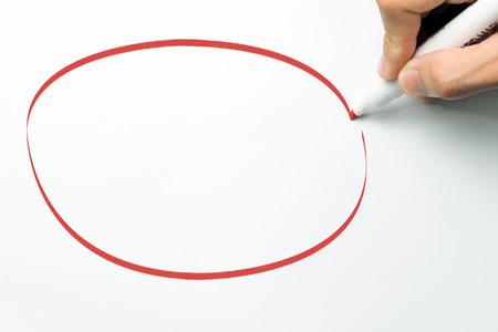 Hand teken grote lege cirkel met rode maker pen op witte achtergrond