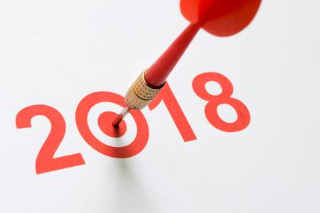 2018 텍스트로 타격을받은 빨간색 다트 스톡 콘텐츠