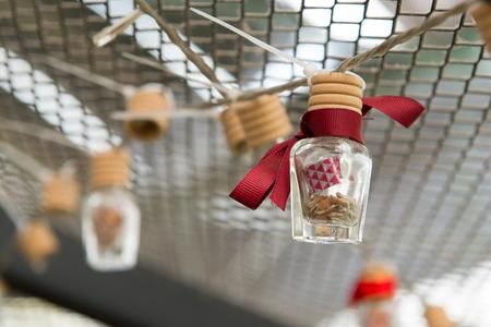 Wensbericht in een fles met rode kleur lint Stockfoto - 90221868