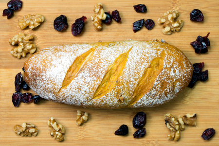 Homemade walnut and cranberry bread or loaf ready to serve 版權商用圖片
