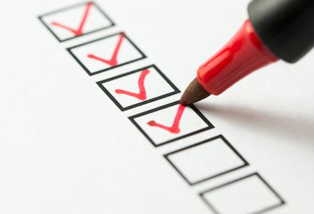 Checkliste markiert rot mit einem roten Stift
