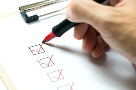 빨간색 펜으로 빨간색으로 표시된 검사 목록