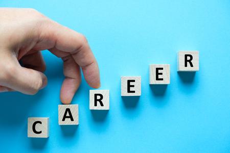 Holzklötze in Treppenform mit Wortkarriere für Karrierewachstum konzeptionell angeordnet Standard-Bild