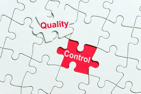 Weißes Puzzle mit Wortqualitätskontrolle Standard-Bild