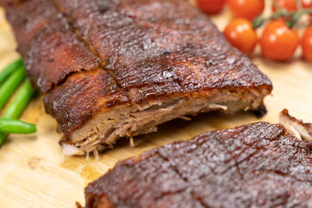 Oven baked BBQ pork ribs with green bean and tomatoes Banque d'images
