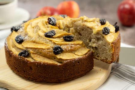 Homemade round apple cinnamon cake or bread with dried cranberries 版權商用圖片