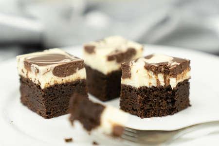 Cutting of homemade cheesecake swirl brownie or fudge Stockfoto