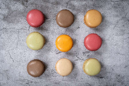 Traditional french colorful macarons in a rows 版權商用圖片