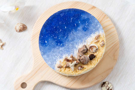 No baked ocean blue cheese cake with chocolate seashells decoration 版權商用圖片