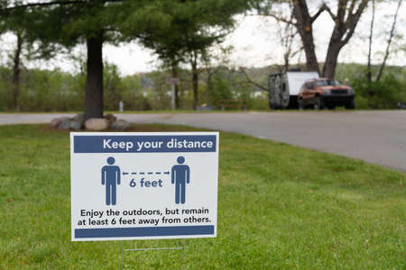 Social distancing sign in a public park during the COVID-19 pandemic 版權商用圖片