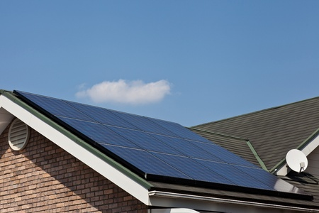 paneles solares: Esta es una foto de los paneles solares que est�n instalados en el techo de la casa.