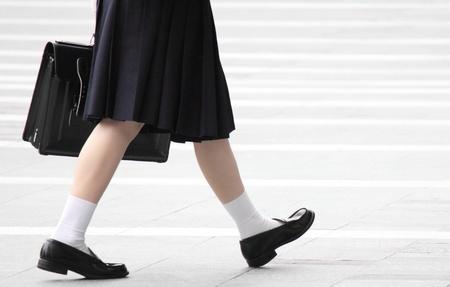 zapatos escolares: Tom� fotograf�as de la ni�a de la escuela secundaria estaba caminando en la ciudad