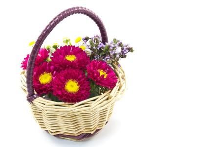 이는 야생 국화와 애 스터로 만든 꽃 바구니의 사진입니다 스톡 콘텐츠