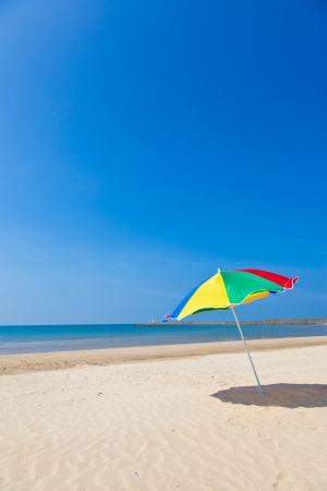 これは夏に撮った夏の傘の海とビーチの写真