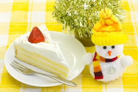 これは雪だるまとショート ケーキの画像です。