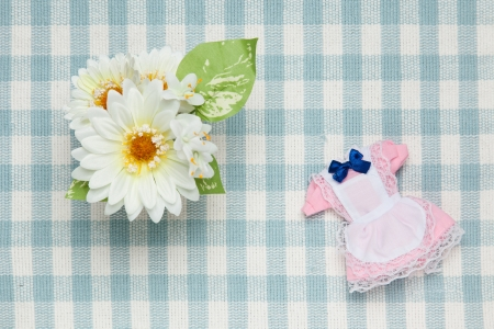 これはミニチュアのメイド服と花の写真です。 写真素材 - 20078503
