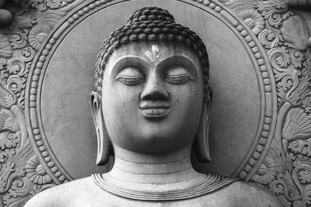 cabeza de buda: Estatua de Buda blanco y negro Foto de archivo