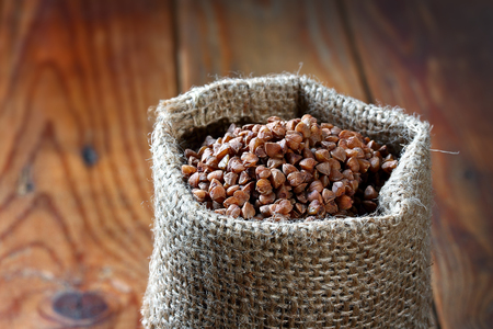 buckwheat on wooden table Zdjęcie Seryjne
