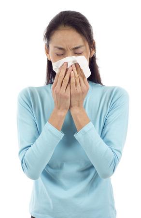 ragazza malata: Influenza o raffreddore - starnuti donna malata che soffia il naso isolato su sfondo bianco