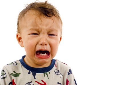 bebe enfermo: Infeliz, Llorar bebé un montón de copyspace - aislado sobre un fondo blanco Foto de archivo