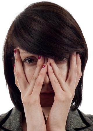 mujer fea: Primer plano de una mujer triste que cubre su rostro con sus manos Foto de archivo