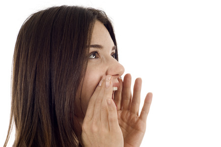 perfil de mujer rostro: Hermosa mujer gritando aislados sobre blanco, mucho copyspace.