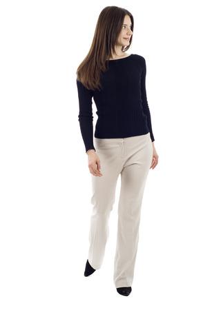 persona caminando: Una mujer de negocios de jóvenes es caminar. Shee está sonriendo y mirando a la cámara aislada sobre fondo blanco