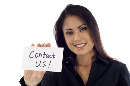 Glimlachend Aziatische zakenvrouw houden een kaart Neem contact op! geïsoleerd op witte achtergrond Glimlachend Aziatische zakenvrouw houden een kaart Neem contact op! geïsoleerd op witte achtergrond