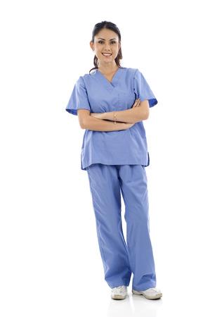 enfermeras: Longitud total de un doctor de sexo femenino asi�tico de pie contra el fondo blanco aislado