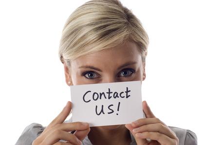 Glimlachende zakenvrouw houden een kaart Neem contact op! geïsoleerd op witte achtergrond