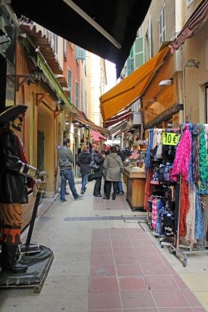 14th: Niza, Francia 14 de febrero de 2013 Un callej�n lleno de cosas para comprar