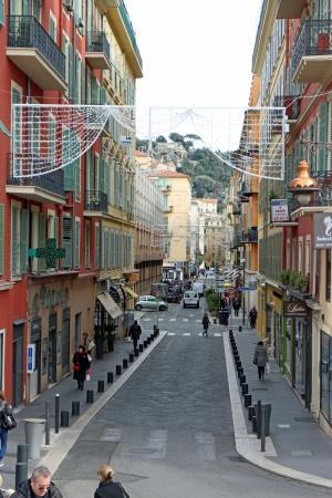 14th: Niza, Francia, 14 de febrero de 2013, La gente en un callej�n en casco antiguo de Niza