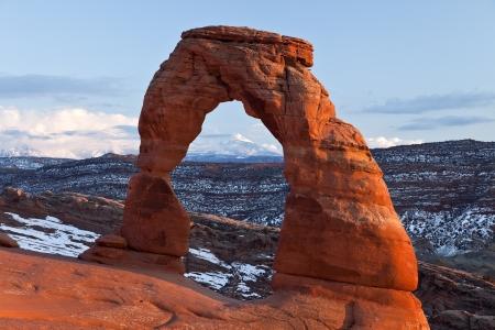 arcos de piedra: Puesta de sol en el famoso Arco Delicado en Parque Nacional Arches, Utah Foto de archivo
