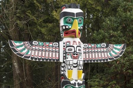 totem indien: Détail d'un Amérindien Thunderbird Totem