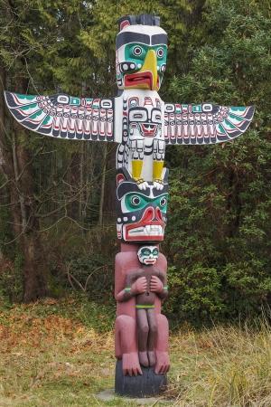 totem indien: Un Am�rindien Thunderbird Totem Banque d'images